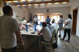 Delegovaní členovia rady školy ostali stáť pred komisiou.