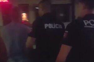 Policajti na videu dohovárajú útočníkovi.