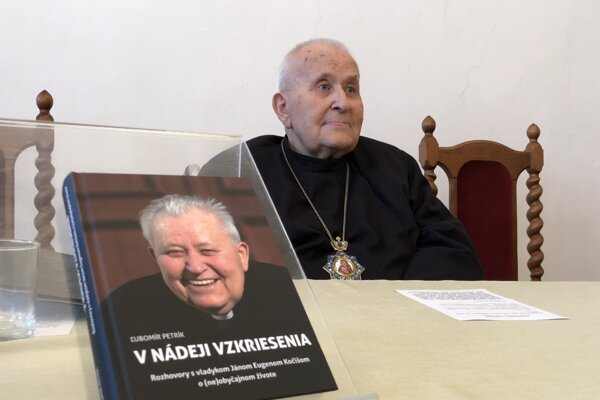 Emeritný gréckokatolícky  biskup Ján Eugen Kočiš a kniha s jeho spomienkami.