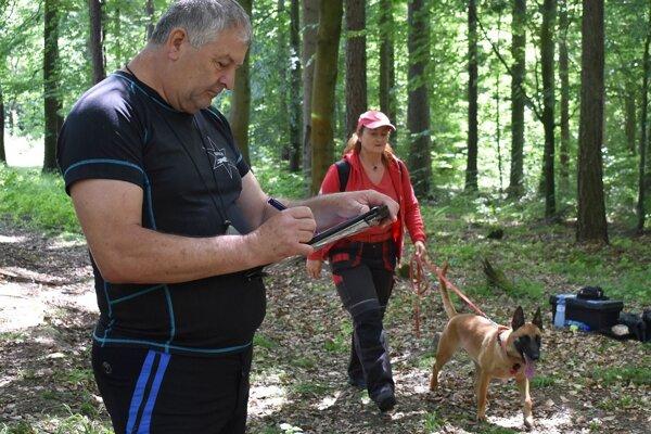 Počas skúšok v lese, kde psy vyhľadávali stratených ľudí.