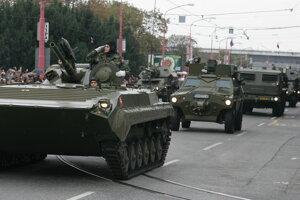 Armáda pôvodne avizovala, že predvedie aj ťažké tanky T-72, tie magistrát kvôli hmotnosti napokon zatrhol.