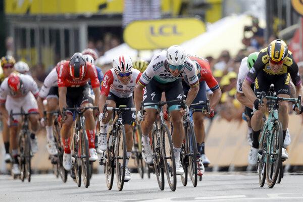 Peter Sagan (v bielom drese) v záverečnom šprinte prvej etapy Tour de France 2019 prehral s Mikom Teunissenom.
