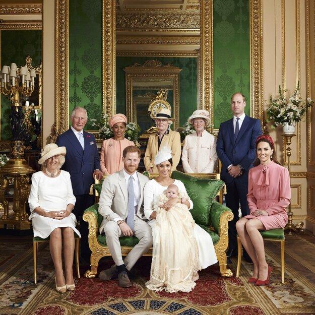 Britský princ Harry a jeho manželka Meghan pokrstili v sobotu svojho syna Archieho. Dole vľavo sedí Camilla, vojvodkyňa z Cornwallu. Horný rad zľava britský princ Charles, Doria Raglandová, Lady Jane Fellowesová, Lady Sarah McCorquodaleová, britský princ William a kejo manželka Kate.