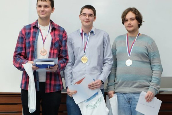 Zľava: Matúš Drexler (3. miesto), Jakub Obuch (1. miesto) a  Adam Svítok (2. miesto).