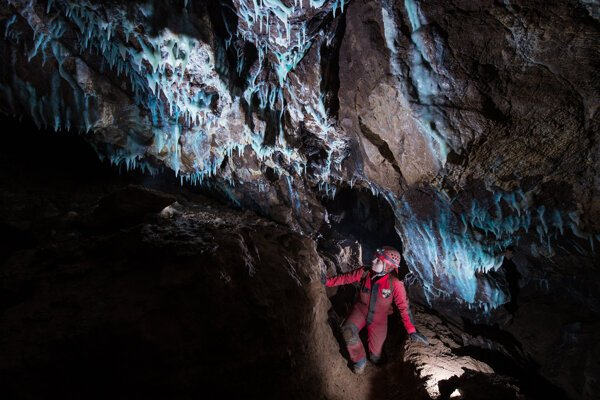 87871ec42581a Na Liptove objavili jaskyňu s modrou výzdobou