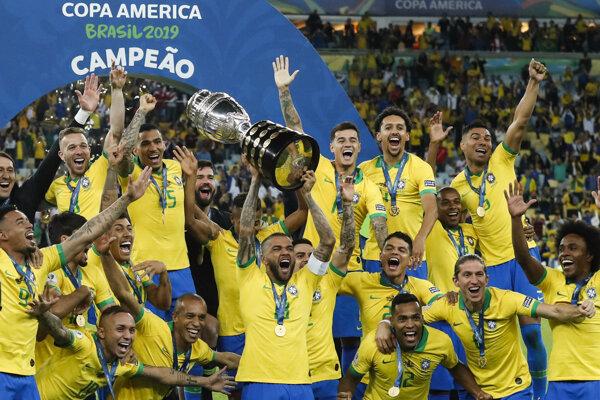 Radosť hráčov Brazílie po výhre vo finále Copa América 2019 proti Peru.