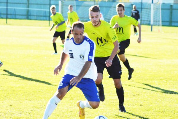 Futbalisti Kovariec budú hrať vo IV. lige. Na snímke vbielom Milan Vorčák.