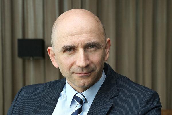 Peter Krcho vyštudoval Fakultu detského lekárstva UK v Prahe, postupne získal atestácie z pediatrie a neonatológie. V súčasnosti pracuje  na Klinike neonatológie LF UPJŠ a DFN v Košiciach.