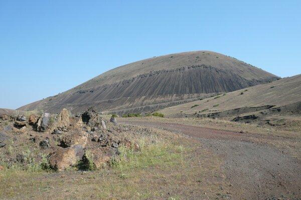 Stopy po ľuďoch aj zvieratách a maľbu znázorňujúcu výbuch sopky našli v tureckom geologickom parku Kula.