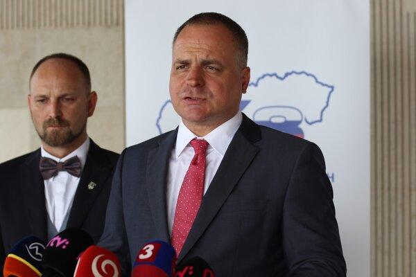 Predseda Trnavského samosprávneho kraja a predseda SK8 Jozef Viskupič a predseda Bratislavského samosprávneho kraja Juraj Droba.