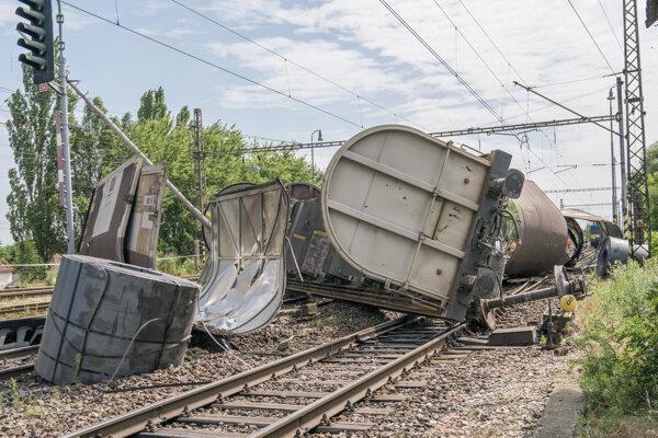 Vykoľajený nákladný vlak v stanici Trnovec nad Váhom.