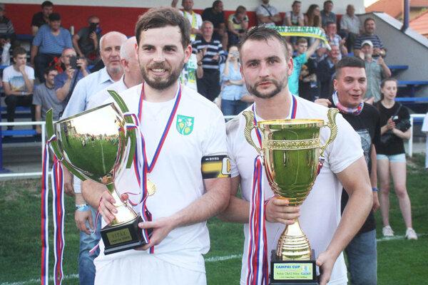 Richard Ballabáš a Matúš Turan s trofejou pre majstra Campri Cupu. Kto je vyhrá v tejto sezóne?