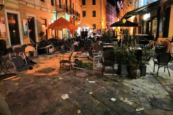 Neporiadok na Ventúrskej ulici počas zásahu po bitke.