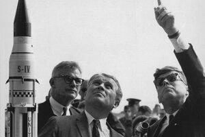 Raketový konštruktér Wernher von Braun s prezidentom Johnom Kennedym na Myse Canaveral v novembri 1963.
