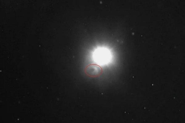 Kométa Siding Spring (v červenom krúžku) vedľa Marsu v okamihu najväčšieho priblíženia.