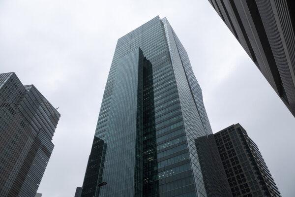 Budova Sumitomo Fudosan Roppongi Grand Tower v Tokiu, kde sídli viacero firiem obchodujúcich s kryptomenami.
