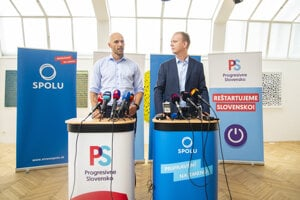 Vľavo predseda politického hnutia Progresívne Slovensko Michal Truban a vpravo predseda SPOLU – občianska demokracia Miroslav Beblavý počas tlačovej konferencie.