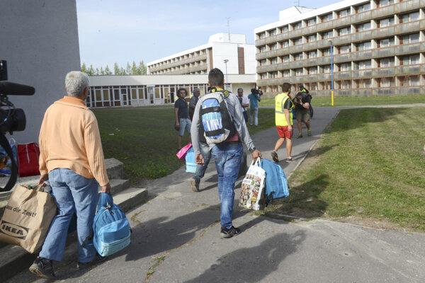 Príchod azylantov z Rakúska do zariadenia v Gabčíkove v roku 2015.