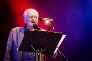 Milan Lasica počas koncertu Bolo nás jedenásť.