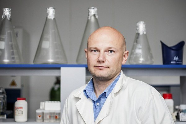 RNDr. Boris Klempa, PhD., je virológ z Virologického ústavu SAV. Študoval na Slovensku a v Nemecku, získal niekoľko ocenení pre mladého vedca. Venuje sa skúmaniu hantavírusov.