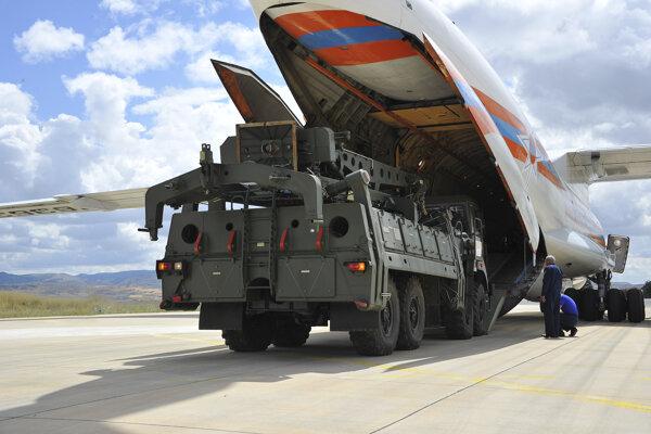 Ruské nákladné lietadlo pristálo na leteckej základni Mürted neďaleko Ankary.