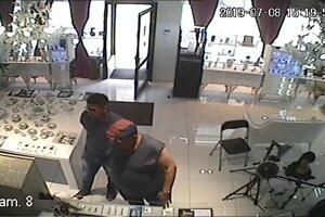 Dvaja neznámi páchatelia (na snímke) odcudzili šperky v hodnote 51.230 eur v zlatníctve na Laurinskej ulici v Bratislave.