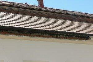 V spodnej časti strechy ostala po páde diera.