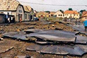 Povodeň narobila v Krupine veľké škody na cestách.