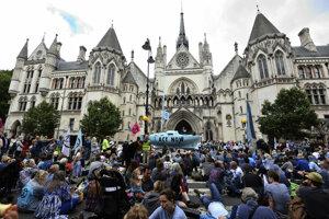 Modrý čln aktivisti doviezli aj pred budovu londýnskeho Kráľovského súdneho dvora.