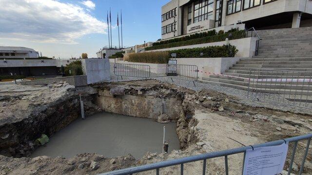 Základy stožiaru pred budovou Národnej rady