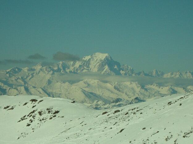 Mt. Blanc z ďalšieho vrcholu. Zaujímavosťou je, že vlekári vás vo Val sami od seba pozdravia. Bonjour. U nás jazdím roky, ale naši vlekári sa prihovoria, iba keď nie je niečo podľa ich predstáv. Na pozdrav zabudnite.