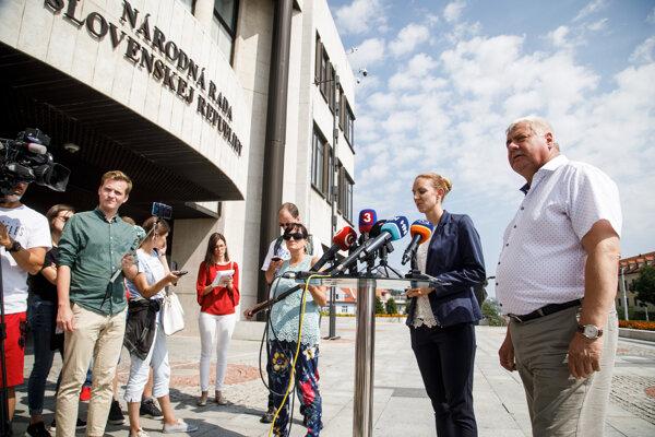 Minister dopravy a výstavby Árpád Érsek a generálna riaditeľka sekcie cestovného ruchu Lenka Šprochová.