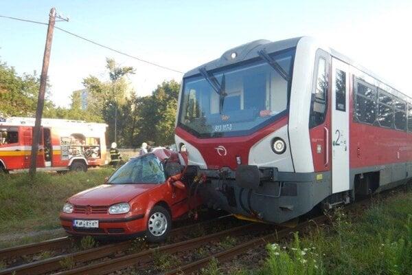Do auta narazil vlak.