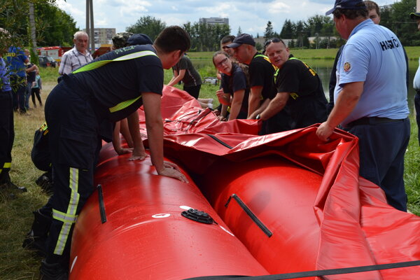 Dobrovoľní hasiči stavali protipovodňovú bariéru na brehu Laborca.