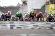 Na snímke zľava Austrálčan Caleb Ewans (Lotto Soudal), Slovák Peter Sagan (Bora-Hansgrohe) a holandský cyklista Dylan Groenewegen (Jumbo Visma) v cieľovom šprinte siedmej etapy pretekov Tour de France z Belfortu do Chalon sur Saone (230 km) 12. júla 2019.