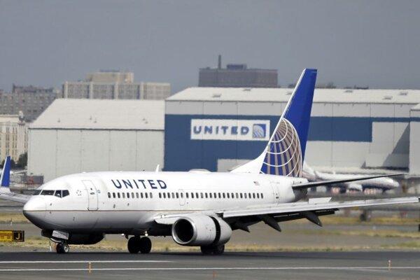 Lietadlo americkej leteckej spoločnosti United Airlines pristáva na letisku v Newarku.