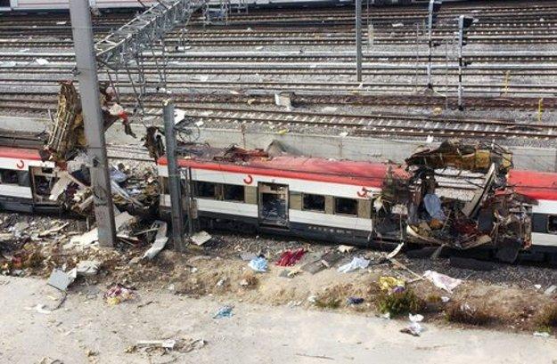 Zničené vozne vlaky na trati na železničnej stanici Atocha v Madride.