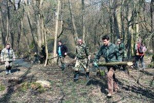 Okolie vodných tokov vyčistili rybári od náletových drevín.