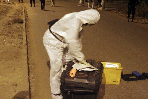 Člen bezpečnostných zložiek zbiera dôkazy po útoku na hotel v Mali.