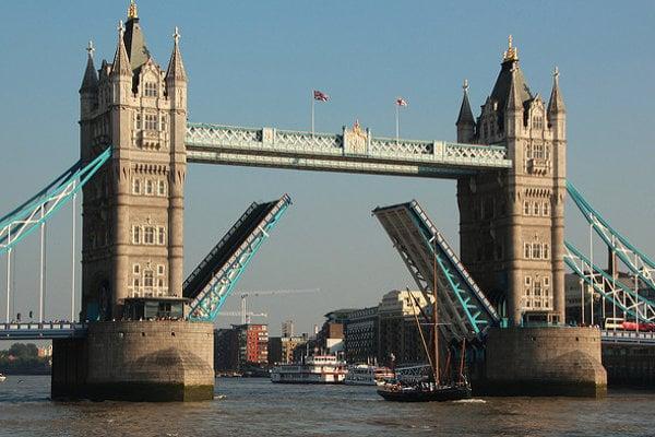 Tower Bridge je jednou z najobľúbenejších turistických atrakcií v Londýne.