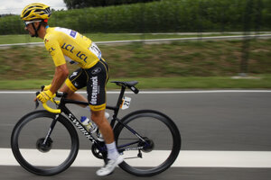 Julian Alaphilippe v žltom drese počas 14. etapy Tour de France 2019.