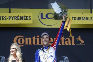 Thibault Pinot na pódiu po víťazstve v 14. etape Tour de France 2019.