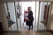 Obhajca Marek Para prichádza na súd s vozíkom na niekoľkotisícstranový spis.