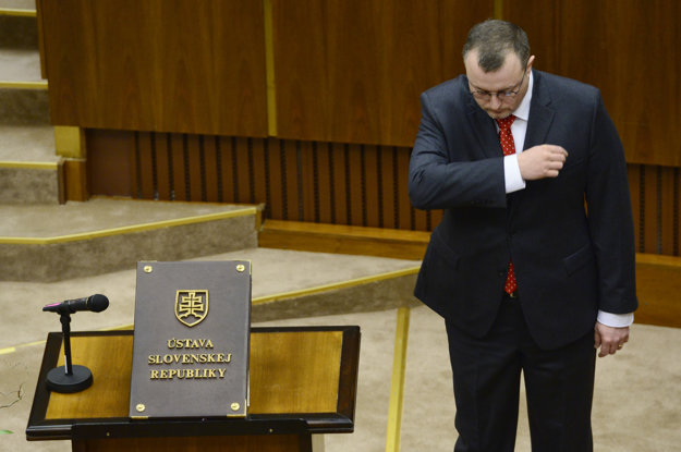 Milan Krajniak (Sme rodina) sa prežehnáva pred poslaneckým sľubom.