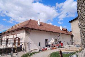 Na paláci pomaly končia s pokrývaním strechy dreveným šindľom.