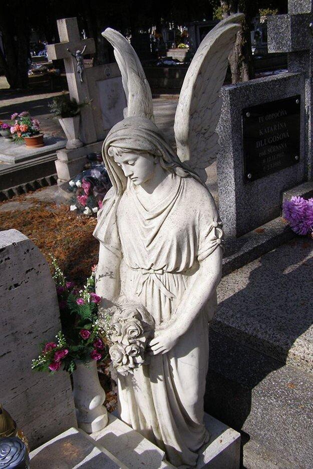 Socha anjela z dielne Štefana Kovaľa.
