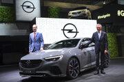 Výkonný riaditeľ skupiny PSA Carlos Tavares (vľavo) a výkonný riaditeľ Opel Michael Lohscheller.