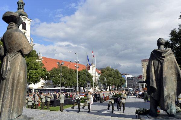 Ilustračné foto - kladenie vencov na Námestí SNP v Bratislave.