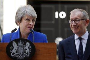 Theresa Mayová s manželom Philipom pred odchodom do Buckinghamského paláca.