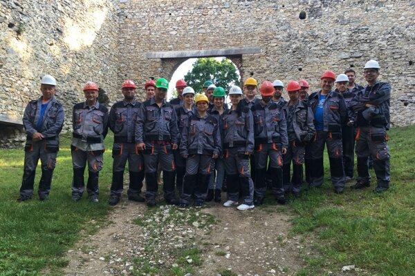 Dobrovoľníci pomáhajúci opravovať hrad Brekov